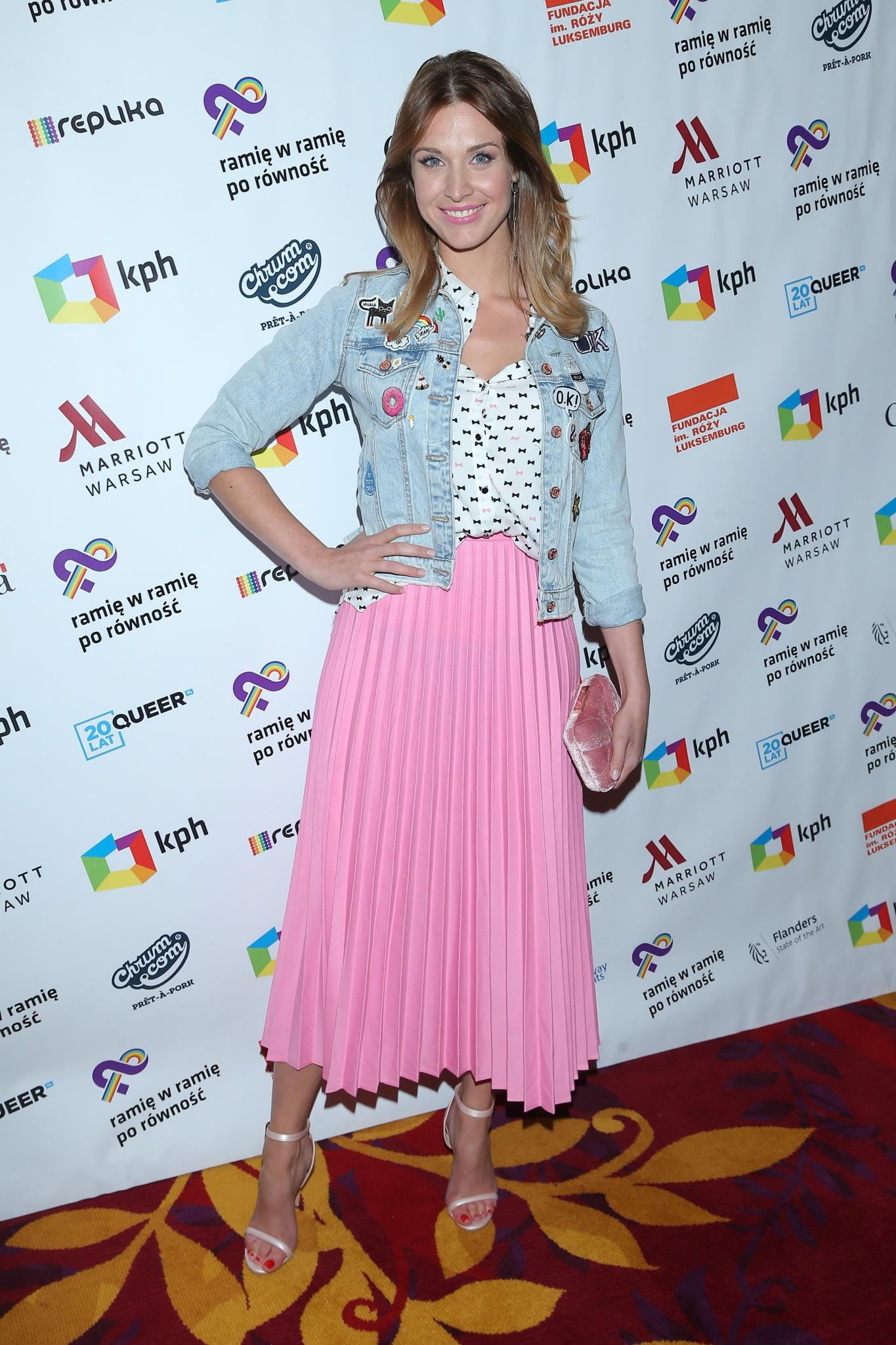 Julia Kamińska w różowej spódnicy i kurtce jeansowej